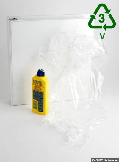 3.- V o PVC (Vinílicos o Cloruro de Polivinilo). También es muy resistente, por lo que es muy utilizado en limpiadores de ventanas, botellas de detergente, champú, aceites y mangueras, equipamientos médicos, ventanas, tubos de drenaje, materiales para construcción, forro para cables, etc. Aunque no se recicla a menudo, en tal caso se utiliza en paneles, tarimas, canalones de carretera, tapetes, etc. El PVC puede soltar diversas toxinas (no hay que quemarlo ni dejar que toque alimentos), por lo que es preferible utilizar otro tipo de sustancias naturales