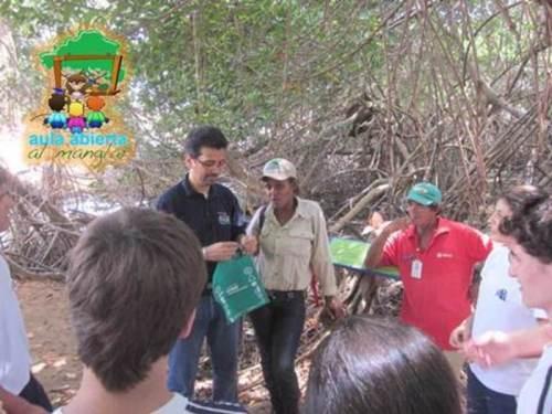 Rafael Peñaloza y María Andrade entregando obsequios cortesía de nuestros Aliados Empresariales